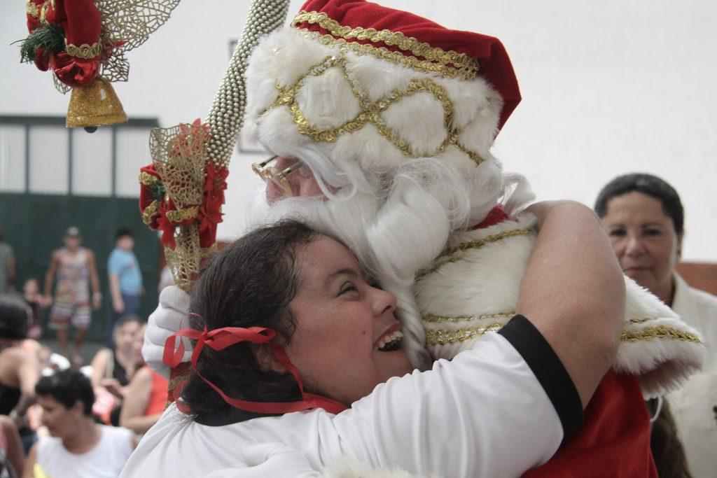 Chegada de Papai-Noel é um dos momentos mais esperados por alunos e usuários da instituição.
