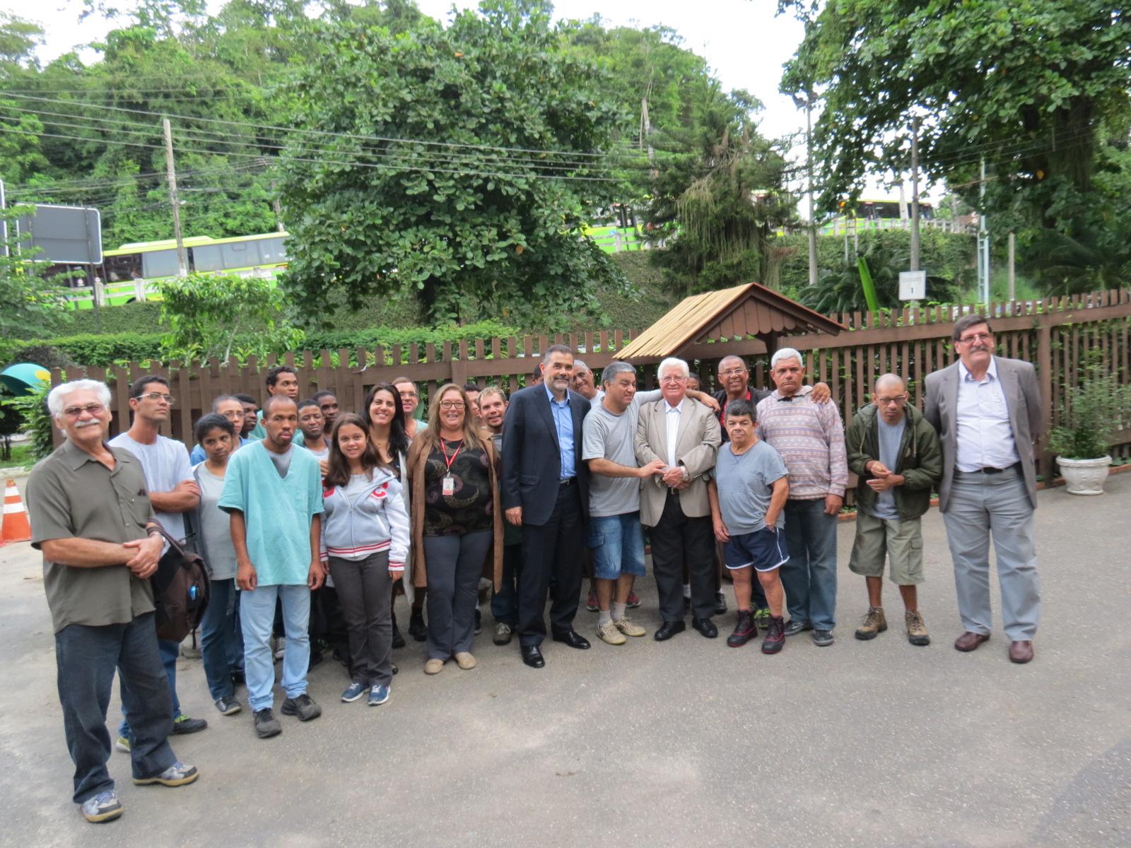 Jovens do programa de profissionalização, junto com diretores da Pestalozzi recebem os executivos da GE Oil e Gás