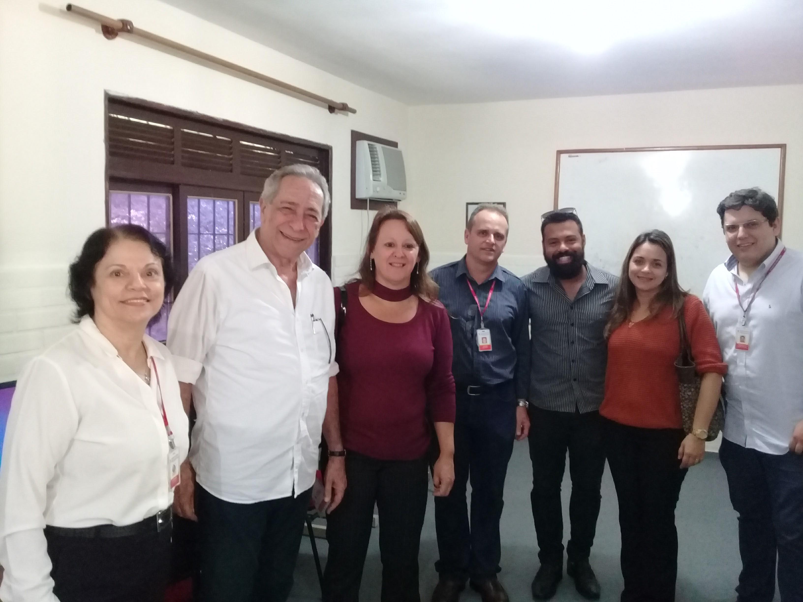 Equipes da Prefeitura de Niterói e da Pestalozzi vistam o local onde funcionará o telecentro.